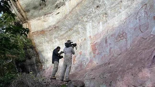 A equipa do documentário gravando uma das superfícies rochosas com pinturas rupestres