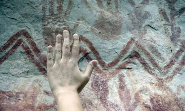 Existem inúmeras marcas de mãos entre as imagens do penhasco