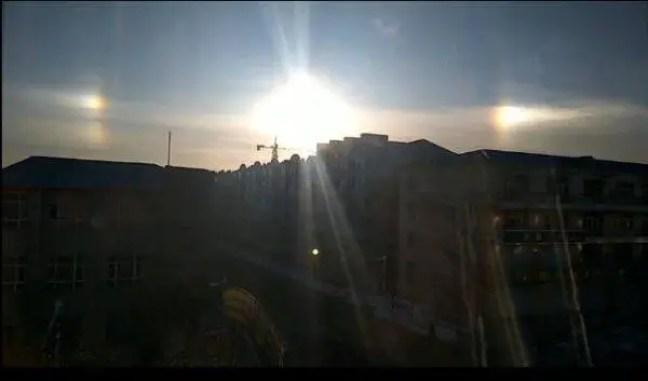 No início da manhã de 16 de março, a paisagem chocante de três sóis apareceu no céu da cidade de Hulin, província de Heilongjiang.
