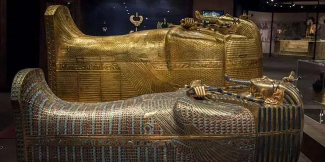 Estranhamente, supostamente foi descoberto que o corpo do rei Tut exibia uma ferida semelhante na bochecha, precisamente no mesmo local da lesão fatal de Carnarvon.