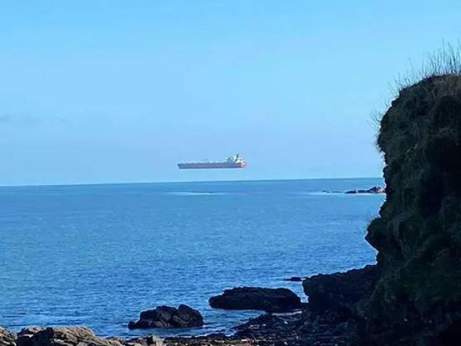 A fotografia do 'navio voador' foi tirada por um caminhante solitário ao largo da costa da Cornualha.