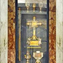 A Capela das Relíquias contém pedaços da Cruz do bom ladrão, crucificado junto a Jesus, fragmentos da verdadeira Cruz, parte da inscrição da Cruz e um prego da Paixão(Roma).