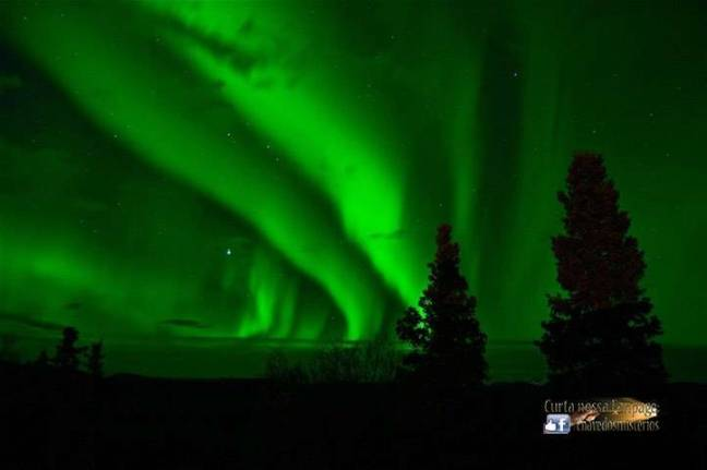Uma aurora boreal em Alberta, Canadá.