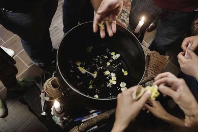 Bruxas de todo o mundo se unem para organizar um mega ritual contra o Talibã