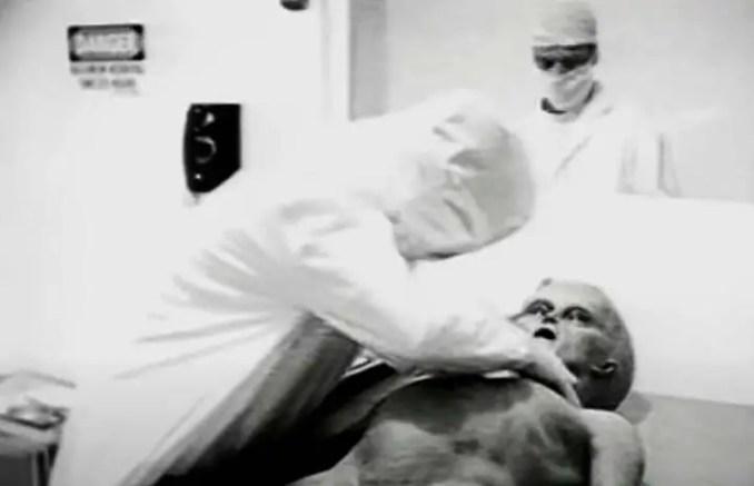 Autópsia de um extraterrestre encontrado na cidade de Roswell, nos Estados Unidos, em 1947.