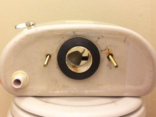 El inodoro tiene una fuga de agua