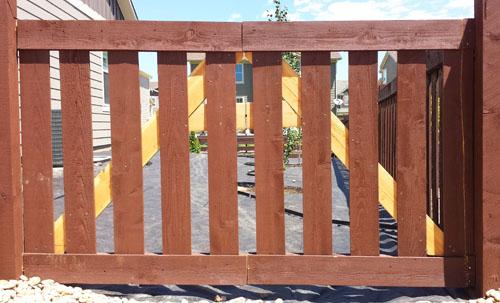 Como hacer un port n de madera para una cerca for Puerta jardin madera
