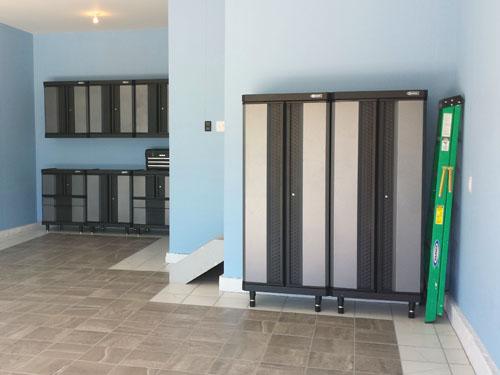 Gabinetes para el garaje kobalt y piso de porcelanato gris y blanco