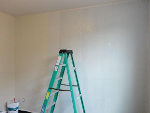 Pintando las paredes de la oficina en casa