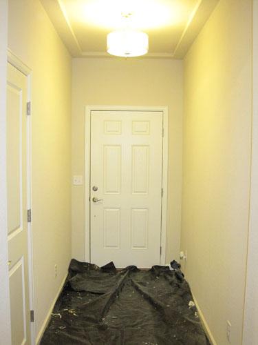 Pintando las paredes del pasillo