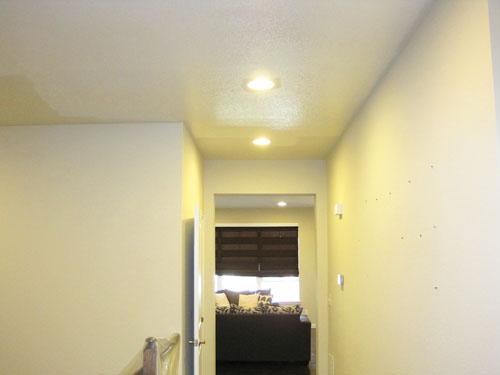 Pintando el techo del pasillo de blanco