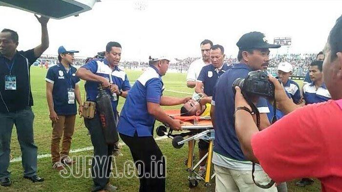 "Tragic ! Legendary Indonesian Goalkeeper ""Choirul Huda"" Dies After Collision With Teammate 4"