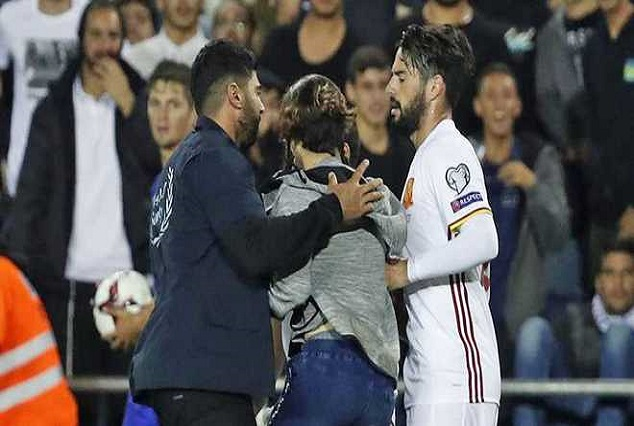 Isreal Pitch Invader Approach Isco With A knife 6