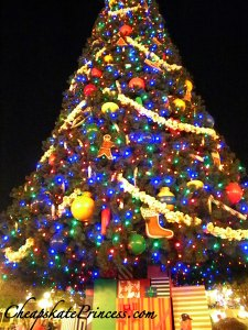 how tall is Disney's Main Street Christmas Tree, what does Disney's Christmas weigh, how many decorations does Disney use at Christmas, who decorates Disney at Christmas