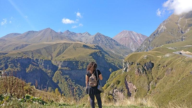 הנוף מאנדרטת הידידות בדרך הצבאית בגאורגיה