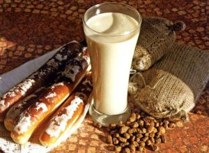 Valencian chufa beans, a glass of horchata and farton pastries