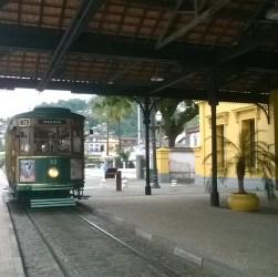 O passeio de Bondinho pelo centro histórico é uma opção para dias nublados ou chuvosos em Santos