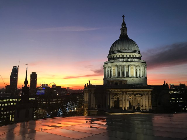 Mirante gratuito do Shopping One New Change oferece vista privilegiada da catedral St Paul em Londres
