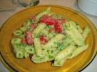 pasta con crema di zucchine, menta e pomodori freschi