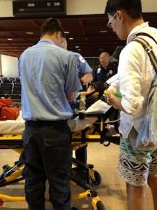▲救急車が到着し、医師から救急隊員2人へ説明がありました