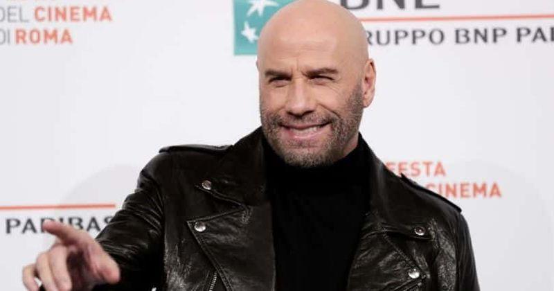 John Travolta está irreconocible mientras camina con una camisa hawaiana y un espeluznante cabello cortado a la mitad