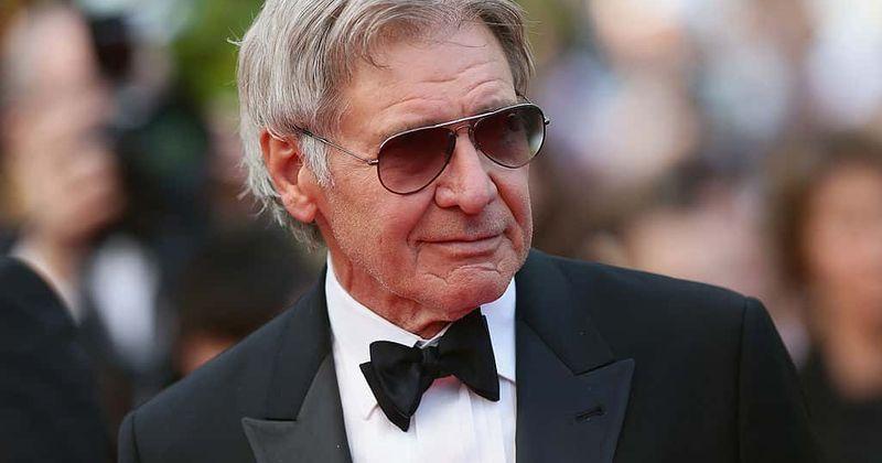 Al principio, Harrison Ford da voz a un personaje de la película animada.
