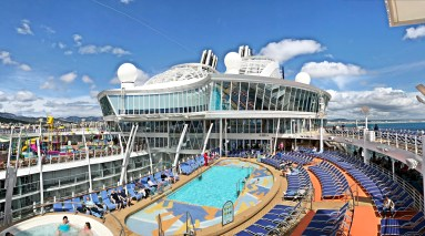 Poollandschaft der Symphony of the Seas