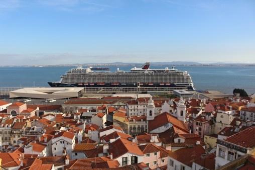 Mein Schiff 2 strahlt im Hafen von Lissabon