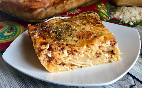 Who loves a good, saucy pasta bake? ThisOh Snap! Baked Spaghetti Pie Casserole is the best darn thing you can make for somebody who needs a good, comforting (carb-loaded) meal delivered to their door.