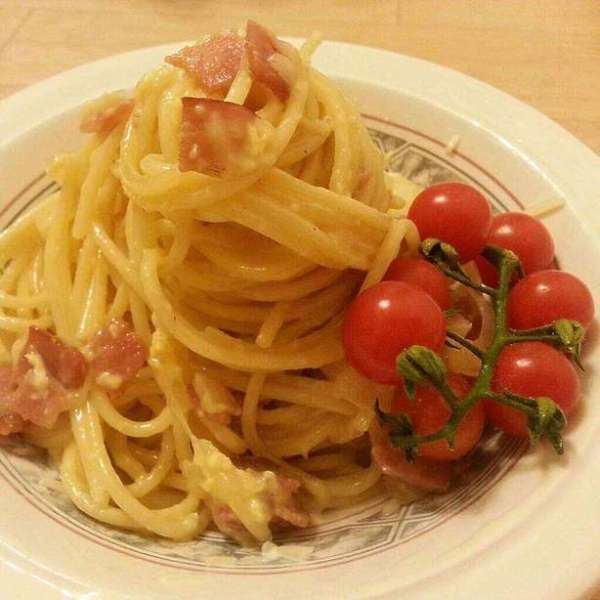Spaghetti carbonara with cherry tomatoes
