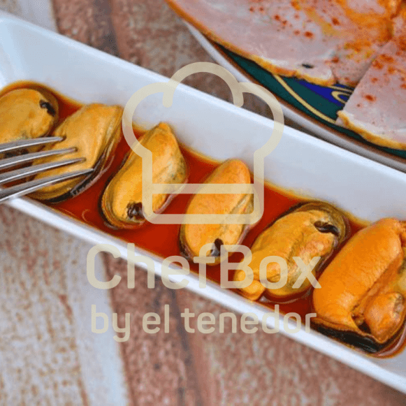 Mussels in vinegar and tomato spicy sauce.