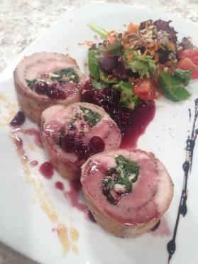 Filete de cerdo relleno de espinaca y queso azul en salsa de vino y arándanos