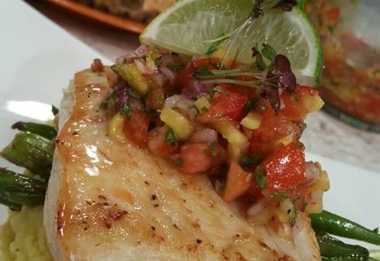 Filete de pescado salsa de tomate y piña