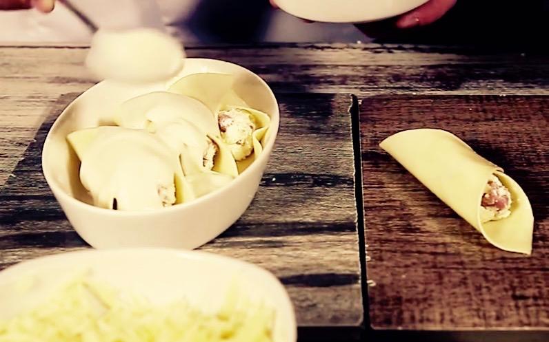 Minicanelones gratinados com queijo Gruyère e linguiça calabresa