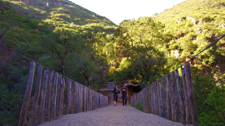 Sobre-a-Ponte-de-Deus,-Chefchauen,-Marrocois