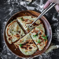 Taiwanese Scallion Pancakes (台式蔥油餅)