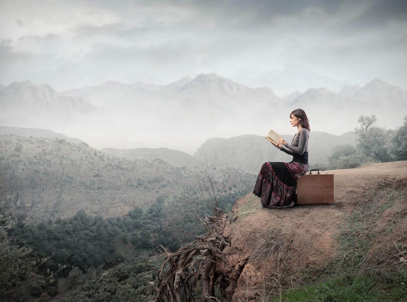 Risultati immagini per donna che legge libro viaggio