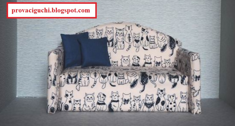 The image shows a 1:6 scale doll sofa with pillows. This image comes from https://provaciguchi.blogspot.com/ if you'd like to learn more about how to make a Barbie-sized 1:6 scale sofa of your own for your Barbie doll house / Barbie dreamhouse.