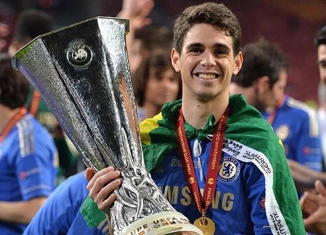 Oscar segurando a Europa League, único título que conquistou pelos Blues (Foto: Reuters)