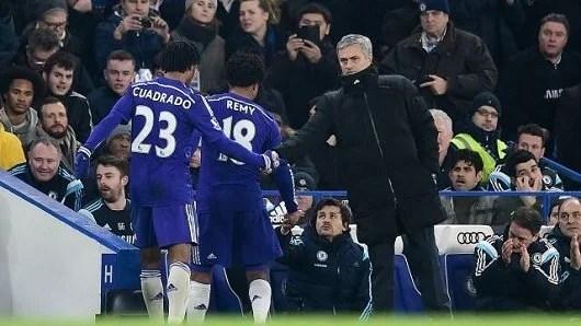 Mourinho estasiado com atletas pela vitória conquistada, de modo dramático, contra o Everton (Foto: Chelsea FC)