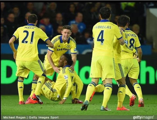 Jogadores comemoram o gol de Drogba