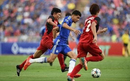 Solanke disputa bola com dois defensores no primeiro tempo (Foto: Chelsea FC)