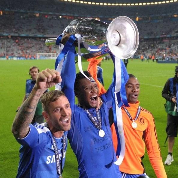 Raul Meireles com a taça da Champions Leagues