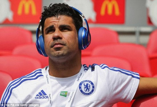 Diego Costa vendo o jogo de domingo em Wembley