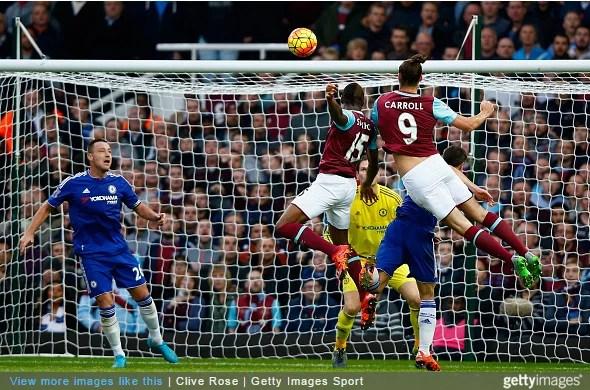 Carroll supera a marcação e anota gol da derrota do Chelsea em 2015