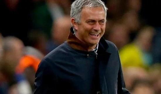 Reação de José aos torcedores no Stamford Bridge, contra o Dinamo de Kiev (Foto: BBC)