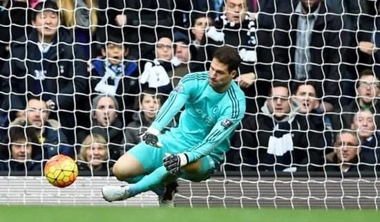 Begovic foi o melhor jogador do primeiro tempo (Foto: Premier League)
