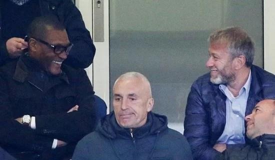 O nigeriano e Abramovich durante o jogo contra o Dynamo Kiev (Foto: Telegraph)