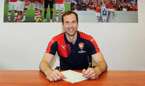 Cech assinando contrato com o Arsenal: Depois de 10 anos, o goleiro deixa o Chelsea (Foto: Getty Images/Reprodução)