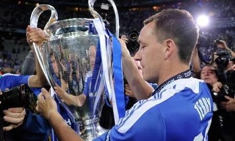 Mesmo sem jogar a final, Terry levantou a maior taça da história do Chelsea (Foto: Tom Jenkins)